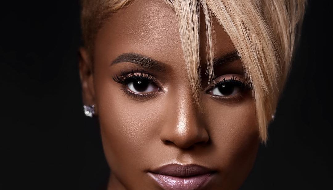 Chic Asymmetric Pixie with Messy Straight Texture and Tapered Sides on Light Champagne Blonde Hair Short Summer Hairstyle