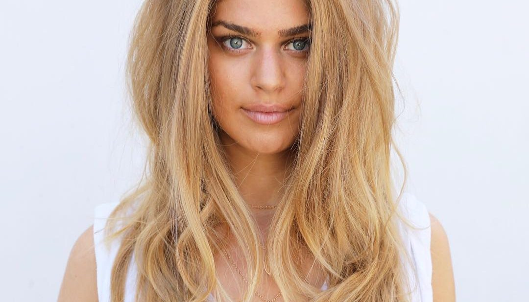 Light Golden Blonde Layered Hair with Voluminous Messy Texture and Soft Bombshell Waves Long Fall Hairstyle